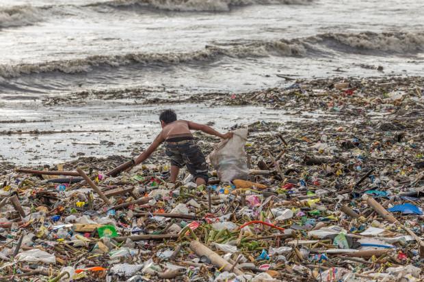 Największe koncerny chemiczne będą walczyły z plastikowymi śmieciami