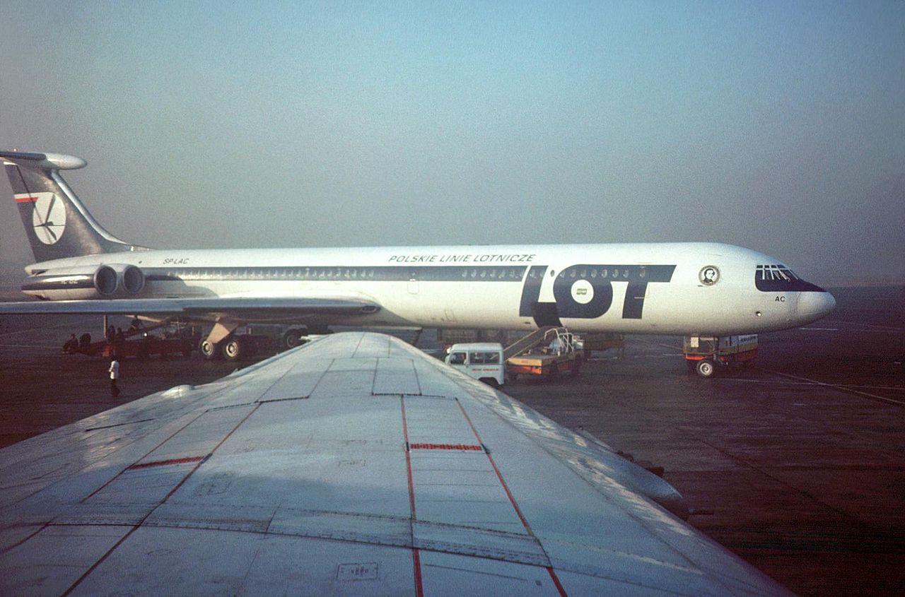 IŁ 62 w barwach LOT-u, w grudniu 1978 na lotnisku w Kairze. Z maszynami tymi związane są dwie tragiczne katastrofy naszego przewoźnika. Fot. Steve Swayne, wikipedia, CC BY-SA 2.0