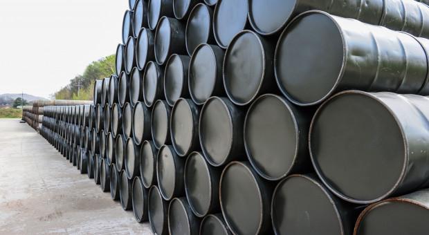 Zapasy ropy naftowej w USA rosną najdłużej od roku