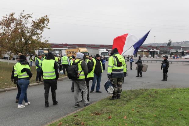 Zawieszenie podwyżki akcyzy na paliwo nie zatrzymało protestów we Francji