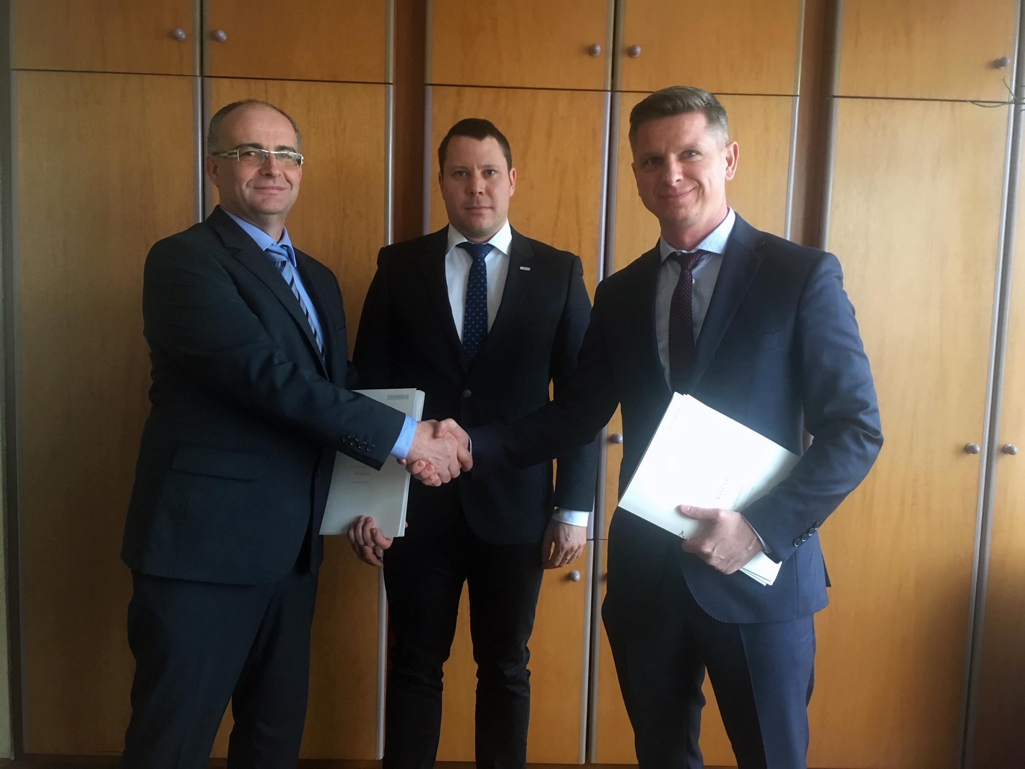 Od prawej: Maciej Walczyk, prezes zarządu AWT, Jiří Minka, członek zarządu AWT i Matjaž Mesec, dyrektor Primol-Rail.