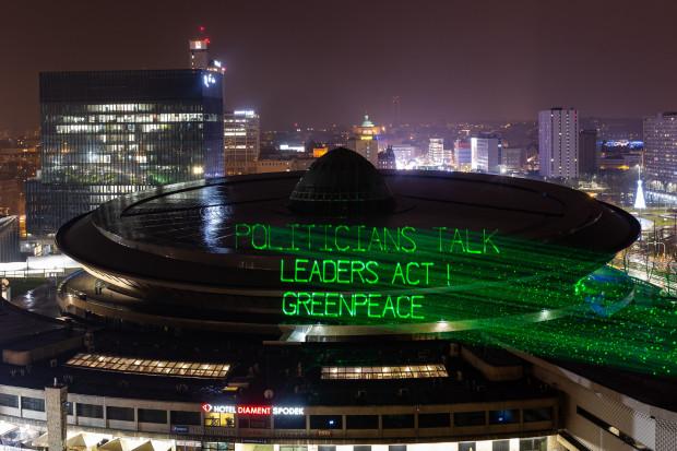 Projekcja Greenpeace na dachu Spodka: polityk mówi, lider działa