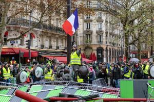 Demonstracje i zamieszki wywarły duży wpływ na wzrost gospodarczy Francji