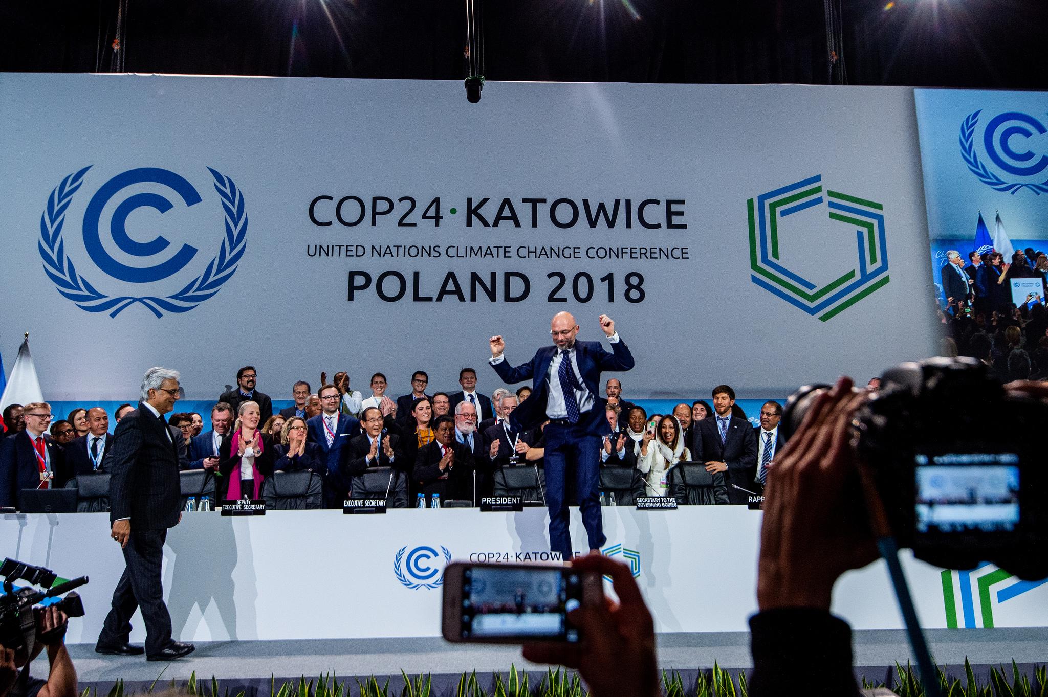 Radość z porozumienia podczas sesji plenarnej. Latający Michał Kurtyka tuż po przyjęciu dokumentu końcowego. Fot. COP24/Flickr