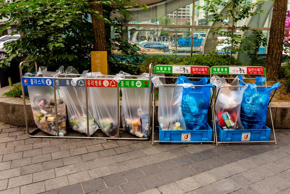 Pojemniki na śmieci w centrum Seulu, fot. shutterstock