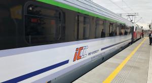 Kolejne odnowione wagony Intercity wjeżdżają na tory