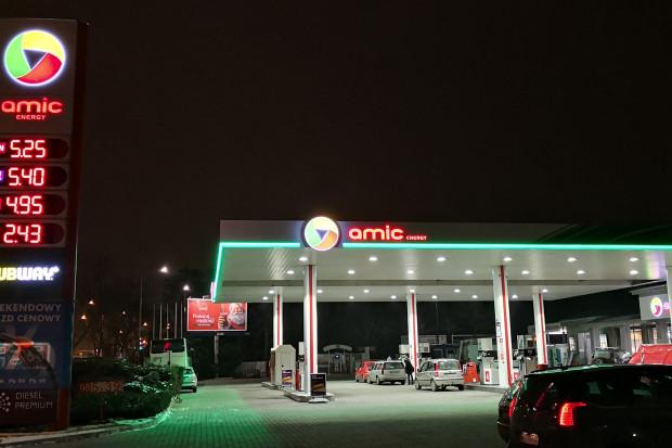 Logo Amic Energy na stacji w Warszawie