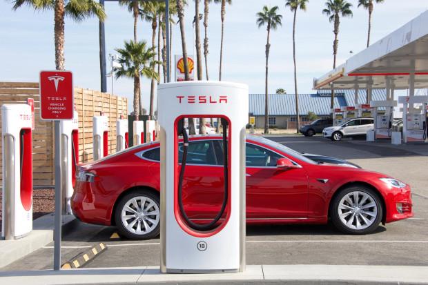 Tesla upraszcza ofertę i obniża ceny samochodów