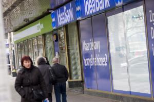 Klienci banku Leszka Czarneckiego zaniepokojeni, KNF uspokaja