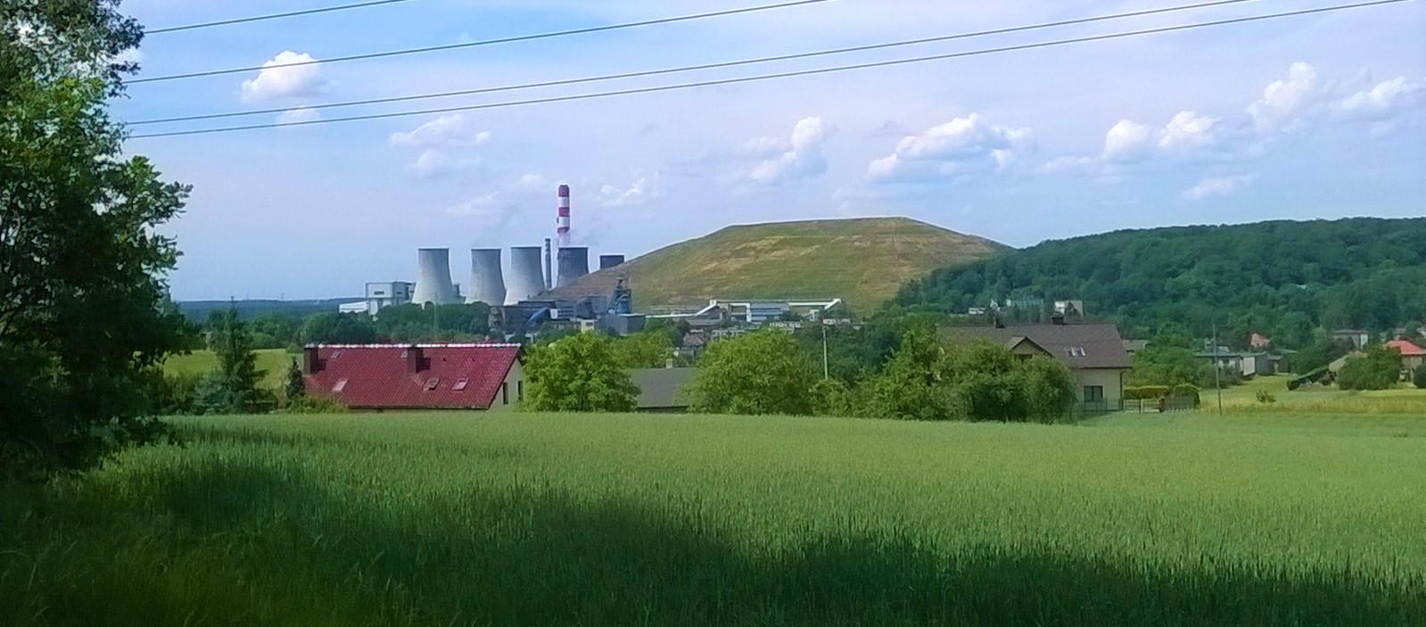 Elektrownia Łaziska wraz z kopalnią Bolesław Śmiały i górującą nad nią hałdą Skalny. fot. Tomasz Elżbieciak
