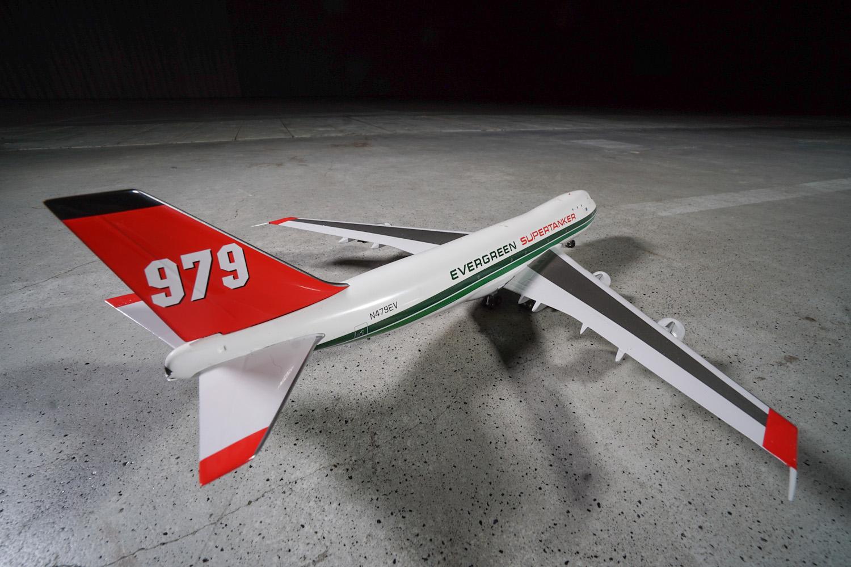 B747-100 w malowaniu Global Supertanker. Samolot został dostarczony pierwotnie do linii Delta. Jednak później po przebudowie był wykorzystywany przez wiele lat jako latający wóz strażacki wykorzystywany do gaszenia lasów. Fot. wnp.pl