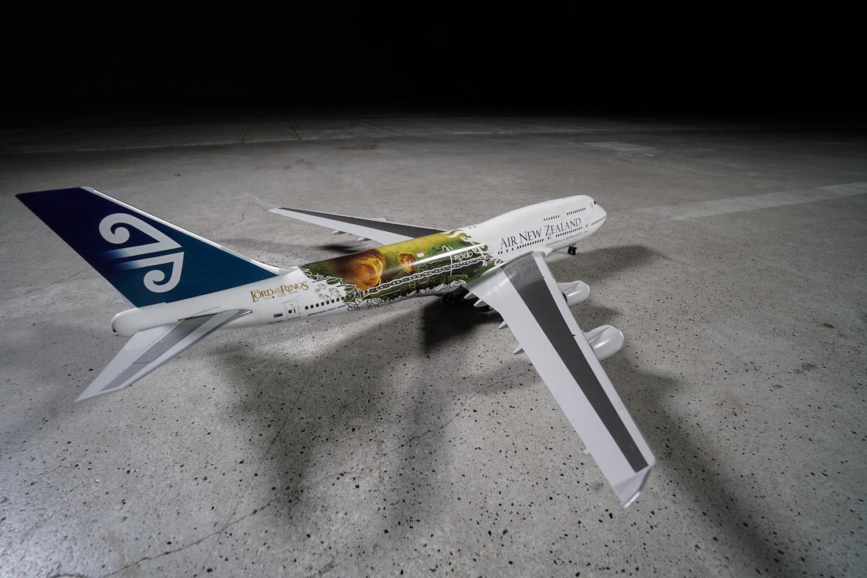 """B747-400 należący do linii lotniczych Air New Zealand. Maszyna w okolicznościowym malowaniu, reklamującym firm """"Władca pierścienia"""". We flocie przewoźnika było sześć maszyn (dwa B747) pomalowanych w motywy z filmów nakręconych na podstawie prozy JRR Tolkiena. Fot. wnp.pl"""