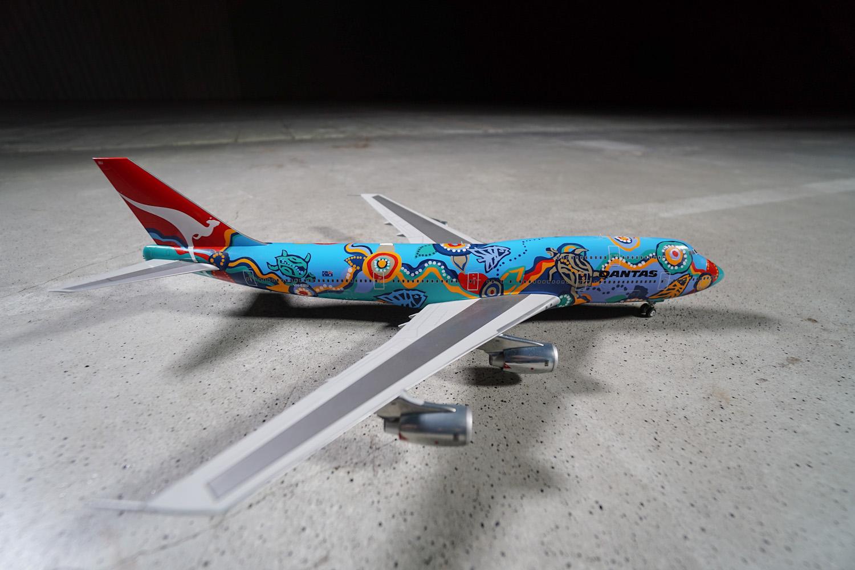 B747-300 w malowaniu australijskiego przewoźnika narodowego Qantas. Maszyna o nazwie Nalanji Dreaming została ozdobiona tradycyjnymi motywami Aborygenów. Należała do kilku samolotów przewoźnika, który w ten sposób popularyzował sztukę pierwotnych mieszkańców Australii. Fot. wnp.pl