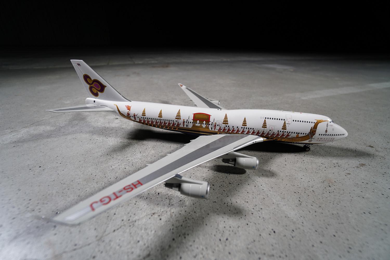 """B747-400 w malowaniu Thai Airways International. Na kadłubie maszyny namalowana """"Królewska barka"""". Niektóre swoje B747 Tajowie wykorzystywali m.in. jako latające słupy reklamowe mające zachęcić do odwiedzin kraju przez zagranicznych turystów.  Fot. wnp.pl"""