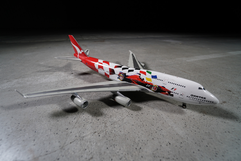 B747-400 w malowaniu Qantas. Wielkie Boeingi stały się w wielu krajach samolotami reklamującymi wydarzenia sportowe. Ten konkretny egzemplarz zapowiadał zawody Formuły 1 w Melbourne. Fot. wnp.pl