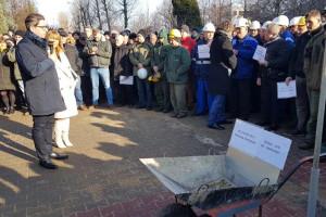 Związkowcy wystawili taczki dla zarządu spółki Zygmunta Solorza