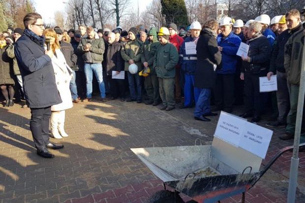 Związkowcy wystawili taczki dla zarządu ZE PAK Zygmunta Solorza