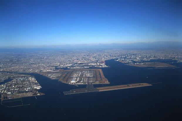 Śnieg sparaliżował tokijskie lotniska