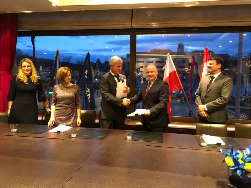 FFiL Śnieżka podpisała w Budapeszcie umowę inwestycji kapitałowej z właścicielem spółki Poli-Farbe Vegyipari. Fot. mat. prasowe