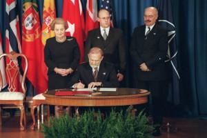 20 lat temu podpis Bronisława Geremka zapewnił Polsce bezpieczeństwo