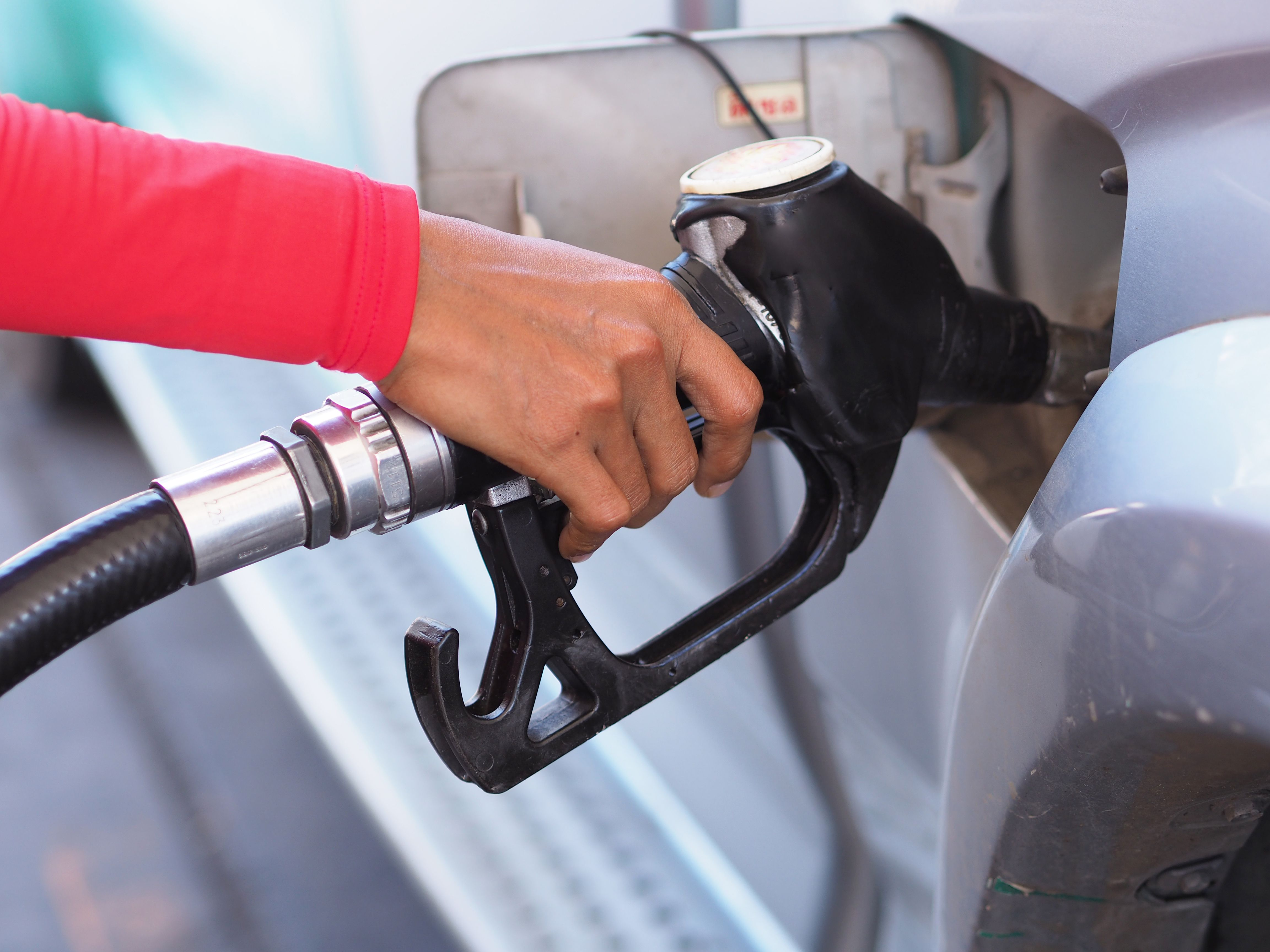 Czy jednak to, co cieszy branżę i sprzedawców paliw, nie powinno martwić kierowców, którzy w okresie letnim będą tankować paliwa o parametrach z okresu przejściowego? Fot. Shutterstock