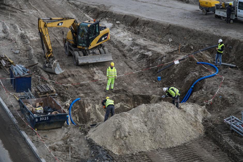 Na terenie budowy bloku 910 MW w 2018 r. każdego dnia pracowało średnio 2190 osób. Maksymalnie w jednym dniu na terenie budowy pracę wykonywało 3030 osób.
