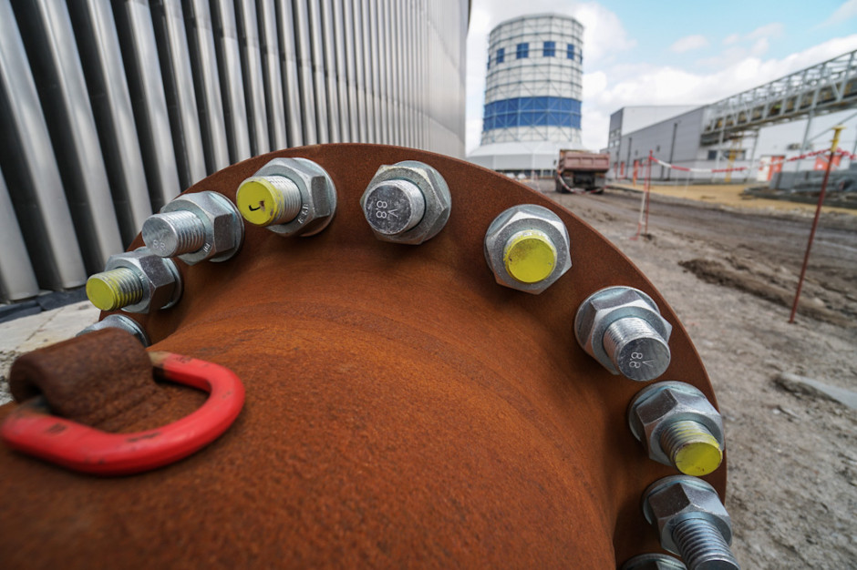 Dodatkowo, poprzez chłodnię odprowadzane będą spaliny z kotła, poddane uprzednio procesowi mokrego odsiarczania w blokowej Instalacji Odsiarczania Spalin (IOS).