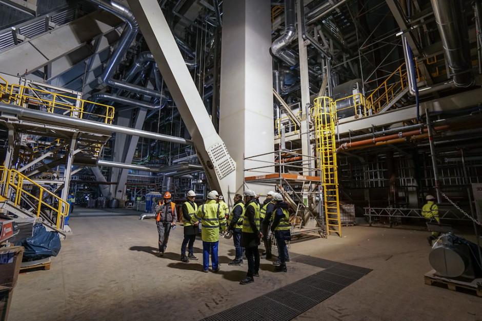 Kotłownia ma wysokość 132 m. Temperatura płomienia sięgać będzie 1 600 stopni Celsjusza, a temperatura pary świeżej przed turbiną to 600 st. Celsjusza. Ciśnienie pary świeżej przed turbiną wyniesie 27,5 MPa.