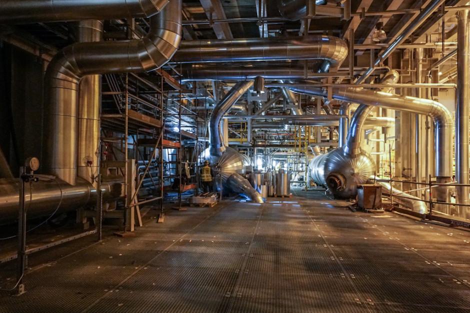 Paliwem podstawowym bloku jest węgiel kamienny. Węgiel dostarczany będzie na teren elektrowni transportem kolejowym przy użyciu czteroosiowych wagonów węglarek. Do rozładunku węgla z wagonów przewidziano dwie wywrotnice bębnowe. Paliwo z wywrotnic kierowane będzie na dwa składowiska węgla lub do pięciu zbiorników przykotłowych systemem podwójnych przenośników taśmowych. Pojemność zbiorników przykotłowych pozwala na 12 godzin pracy kotła z wydajnością nominalną.
