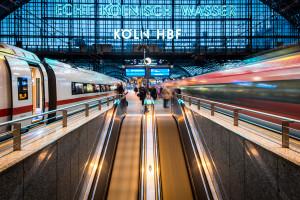 W Niemczech podróże dalekobieżne koleją zyskują na popularności, ale jest skutek uboczny