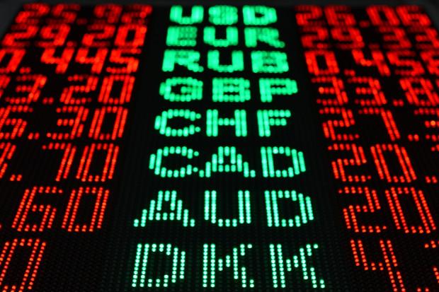 Złoty może się wahać w wąskim przedziale; rentowności polskiego długu lekko w górę