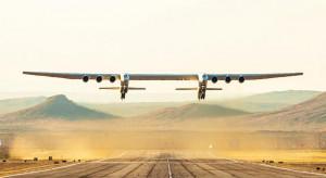 Największy samolot świata po raz pierwszy wzbił się w powietrze. To prawdziwy kolos