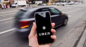 Twórca aplikacji zamawiania usług transportu testuje instalowanie  rejestratorów jazdy