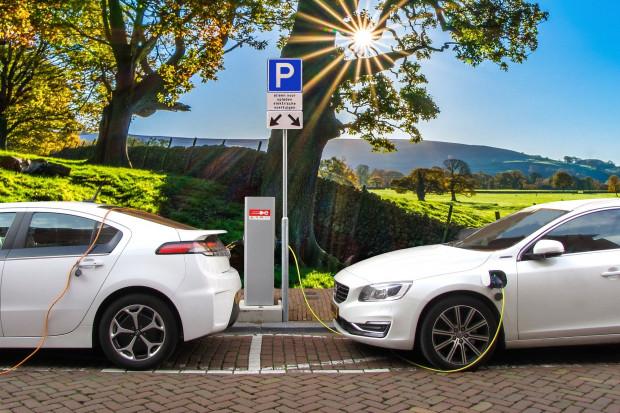"""Czarny PR samochodów spalinowych przyczyni się do wzrostu sprzedaży """"elektryków"""""""