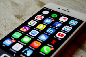 """Apple """"zbroi"""" się do walki na nowym rynku, ale na iPhone'a 5G jeszcze poczekamy"""