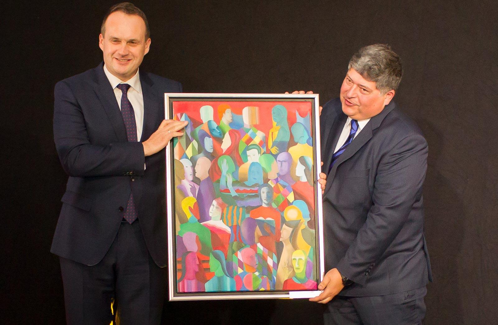Podczas kongresu brokerzy nagradzają również firmy ubezpieczeniowe za dobrą współpracę. Na zdjęciu Adam Roman (ERGO Hestia) i Łukasz Zoń.