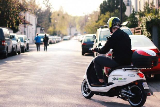 Unimot inwestuje w wypożyczalnie elektrycznych skuterów blinkee.city