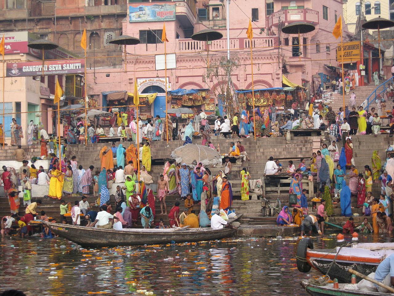 Od świętej rzeki Ganges uzależnione są miliony Hindusów. (Fot. JM Suarez/Flickr, licencja CC BY-SA 2.0)