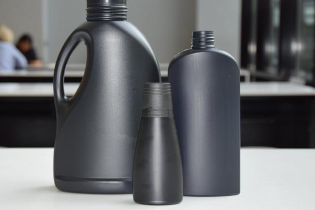 Barwnik pozbawiony węgla pomoże w recyklingu czarnych butelek