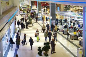 Sprzedaż przez internet pomaga sklepom stacjonarnym