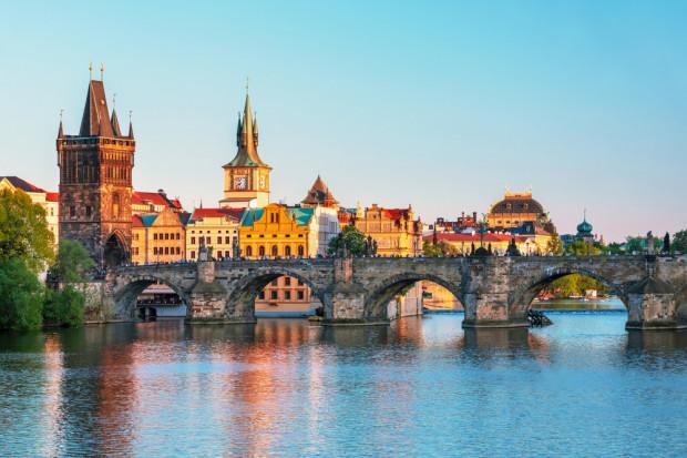 Rozpoczęto wymianę lodołamów mostu Karola w Pradze