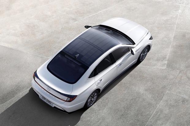 Hyundai zaprezentował wersję hybrydowej Sonaty z panelami słonecznymi