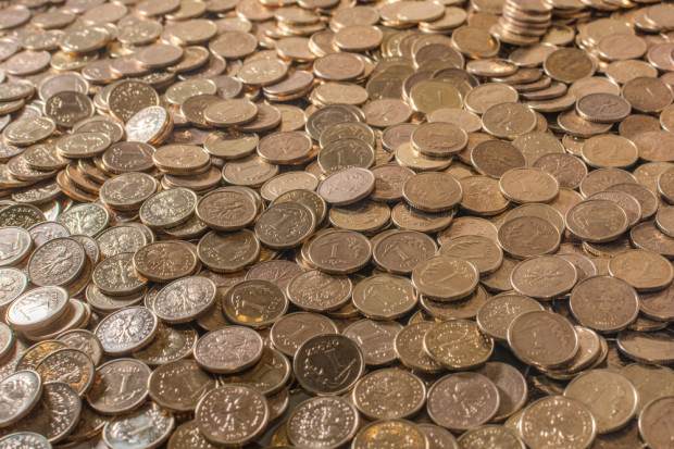 Banki chętnie przyjmą drobniaki, ale niektóre każą zapłacić