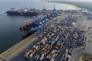 Największy kontenerowiec świata wpłynął do gdańskiego portu
