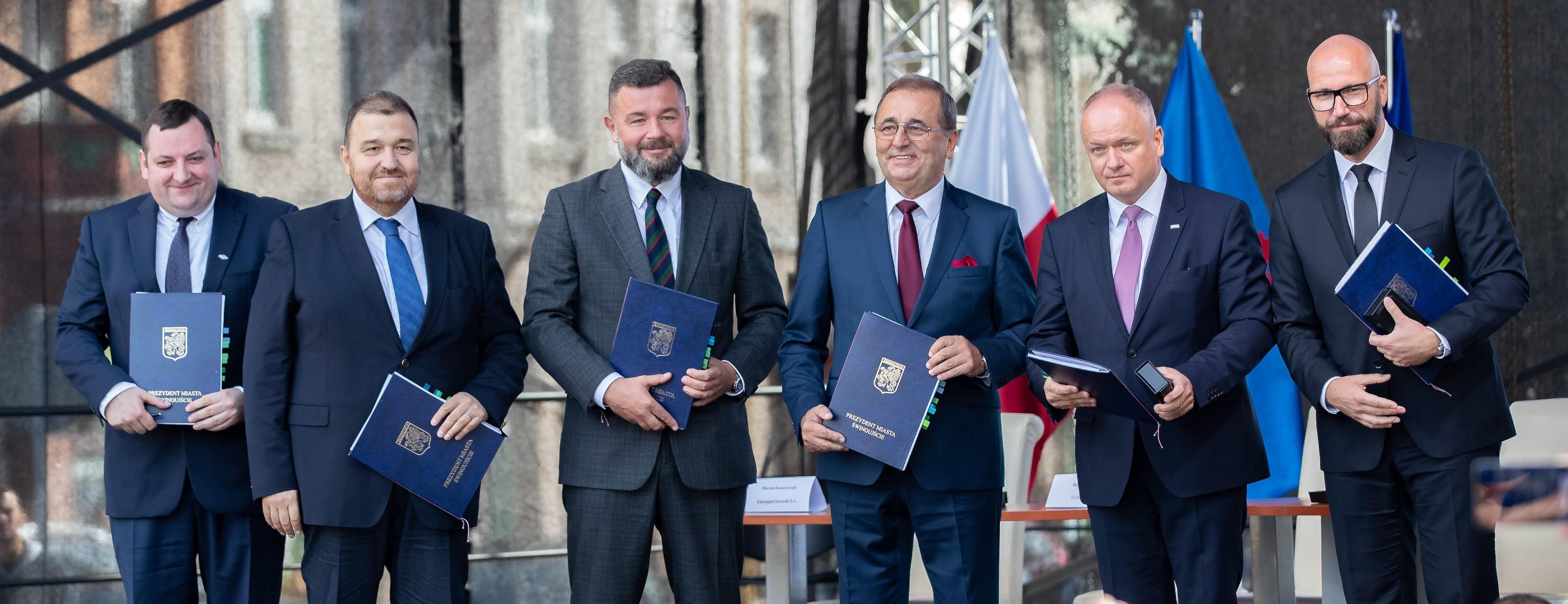 Wrzesień 2018 r. Podpisanie kontraktu na tunel w Świnoujściu. Pierwszy od lewej Marcin Konarzewski, dyrektor Energopolu-Szczecin. fot. mat. pras.