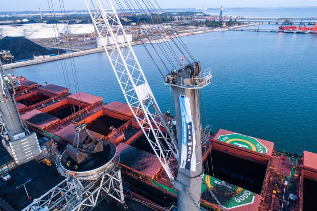 Aktywiści Greenpeace blokują terminal węglowy w gdańskim porcie