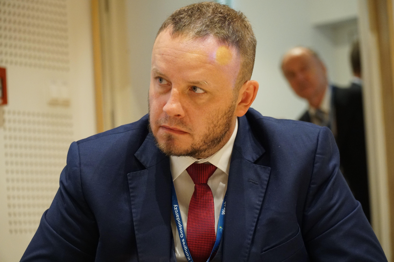 Rafał Kerger, redaktor naczelny WNP.PL, PortalSamorzadowy.pl i PulsHR.pl, moderator dyskusji (fot. PTWP / Michał Oleksy)