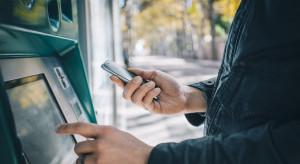 Polacy wypłacają z bankomatów dziesiątki miliardów złotych