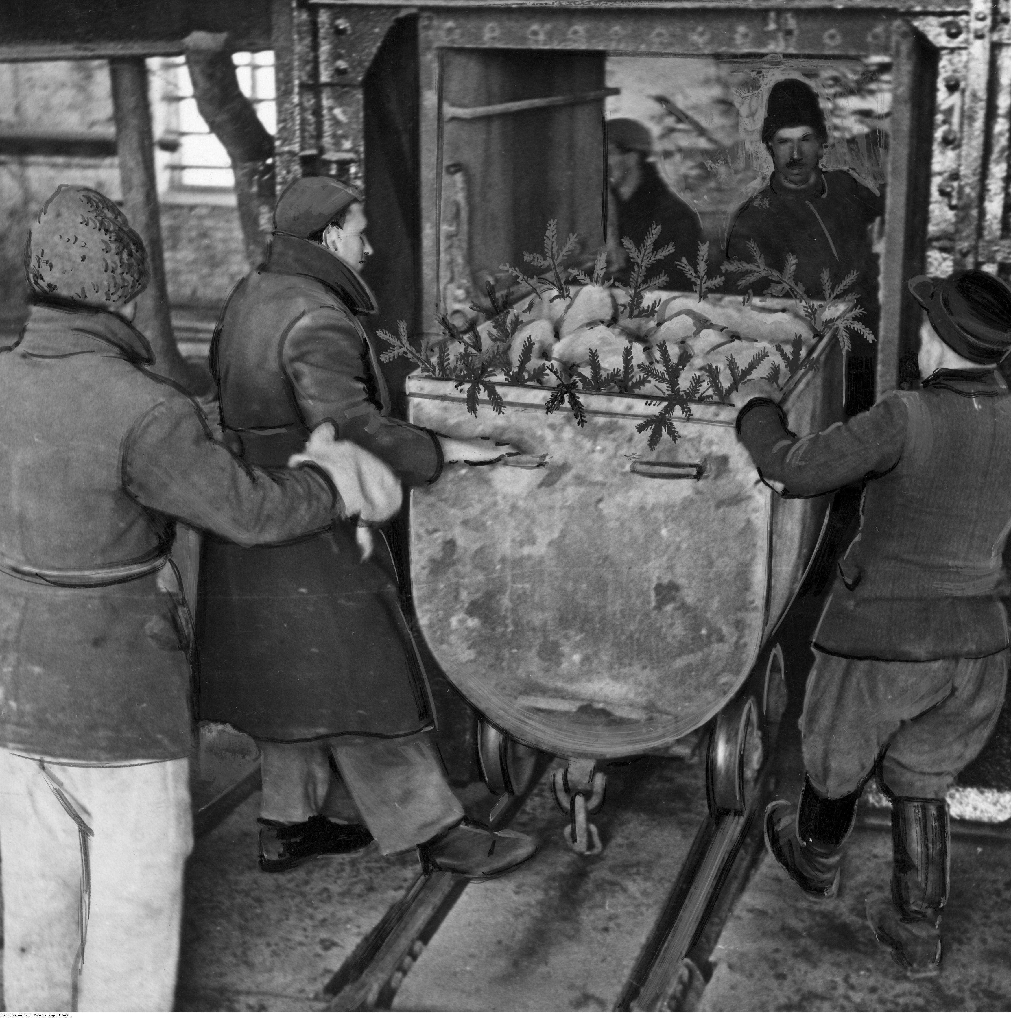 Kopalnia soli potasowych. Górnicy transportują wagonik z bryłami soli, fot. Narodowe Archiwum Cyfrowe