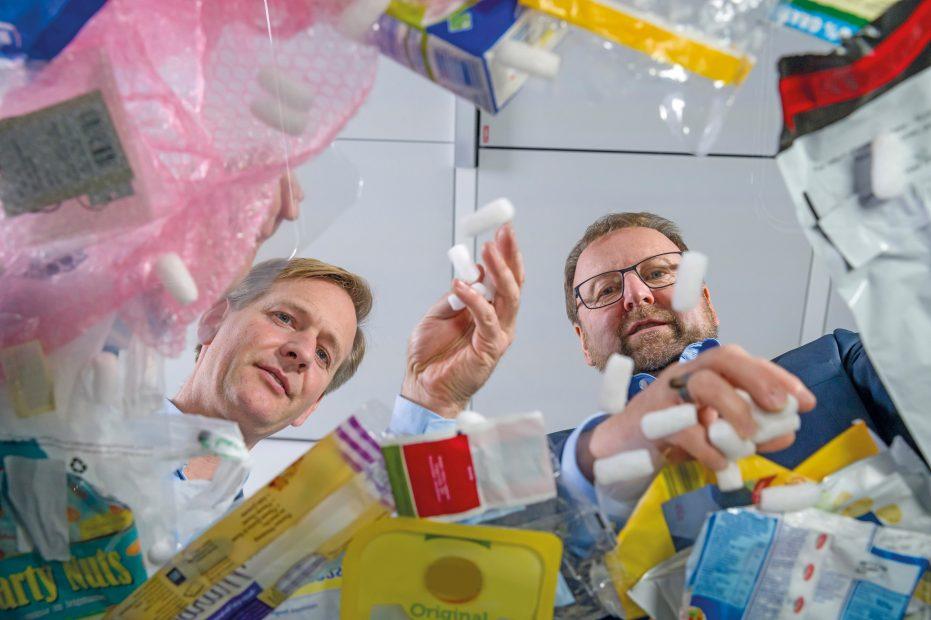 Autorzy recyklingowej rewolucji dr Stefan Graeter i dr Andreas Kicherer (po prawej). Fot BASF.